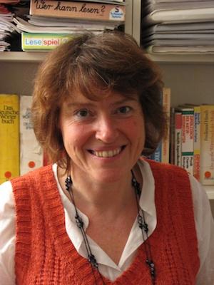 seit 30 Jahren Sonderschullehrerin, Logopädin und akadem. geprüfte Legasthenietrainerin, sie unterrichtet Geometrisch Zeichnen, Physik, Chemie und Hauswirtschaft